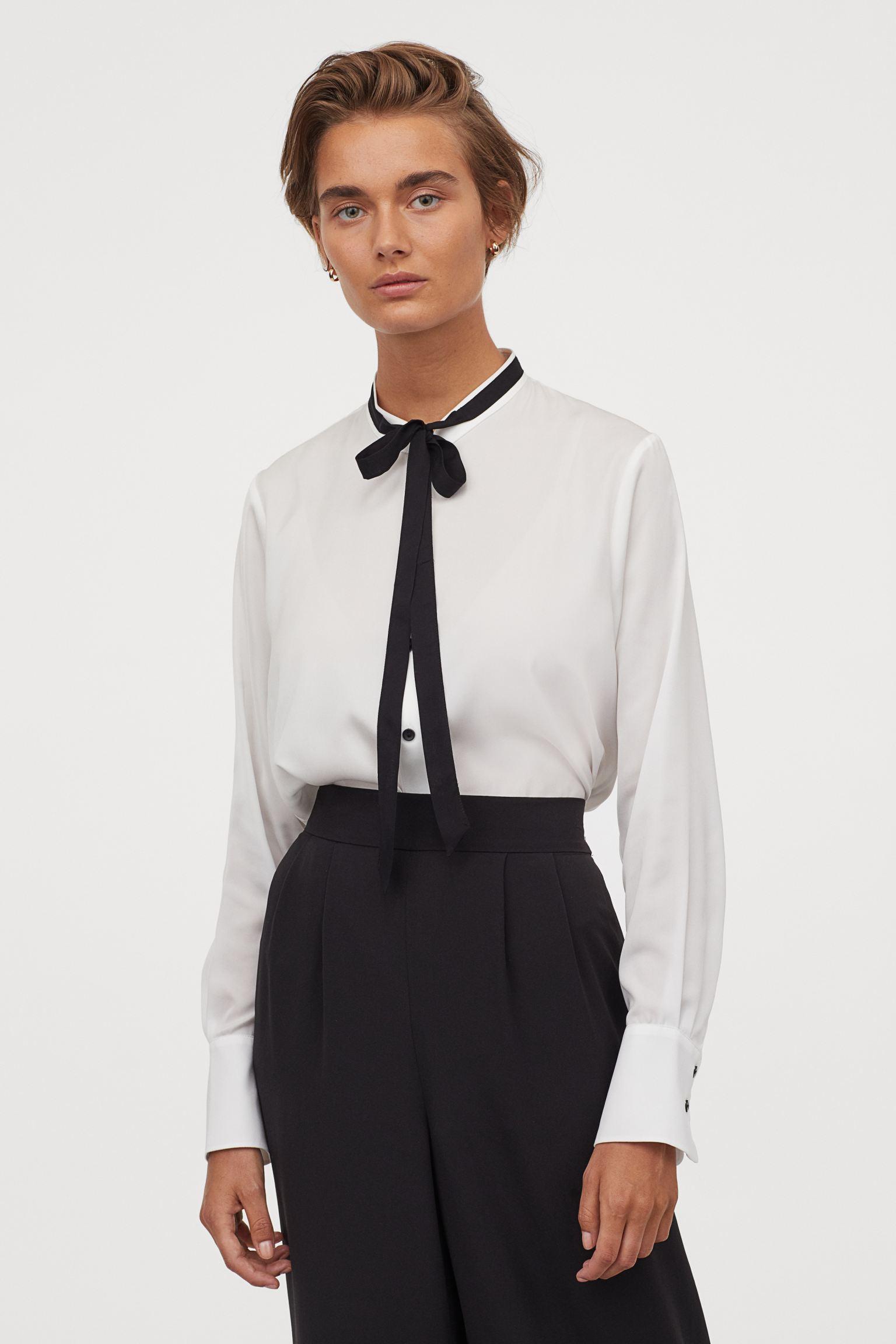 Blusa blanca con lazada en negro