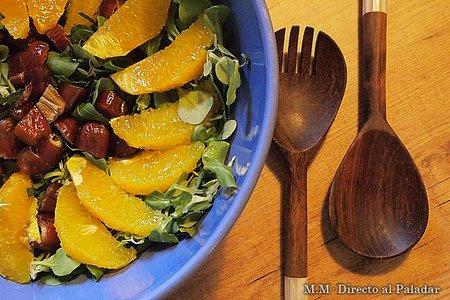 Ensalada de canónigos, dátiles y naranja con aroma de albahaca. Receta