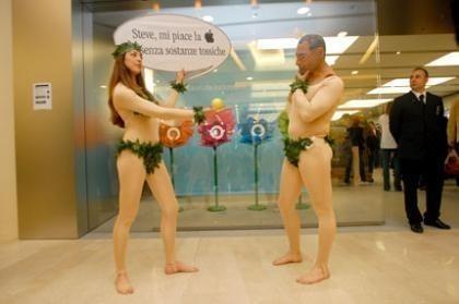 Greenpace se manifiesta delante de la nueva Apple Store de Roma