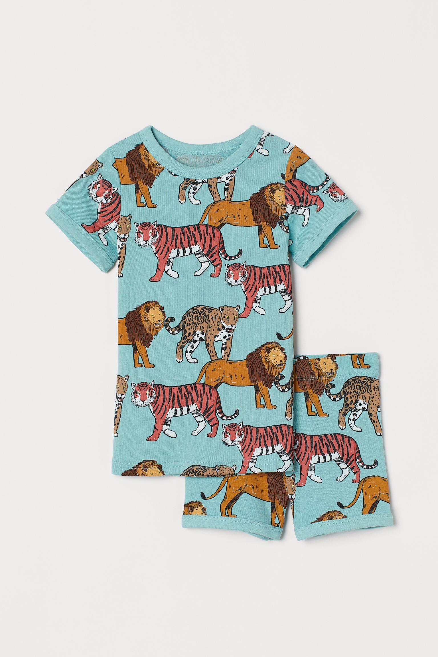 Pijama en punto de algodón con estampado. Camiseta con cuello redondo. Pantalón corto con cintura elástica.