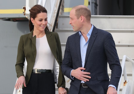 El perfecto look 'working girl' de Kate Middleton a su llegada a Chipre