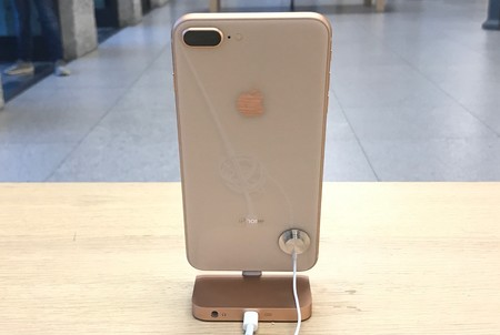 El iPhone 8 Plus supera al iPhone 8 mientras planea la sombra del iPhone X
