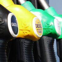 """La """"compensación de clase media"""": Francia dará un cheque de 100€ por el alza de combustibles"""