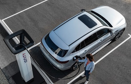 Recargar un coche eléctrico en el garaje: todo lo que hay que saber a nivel técnico, legal y de precios