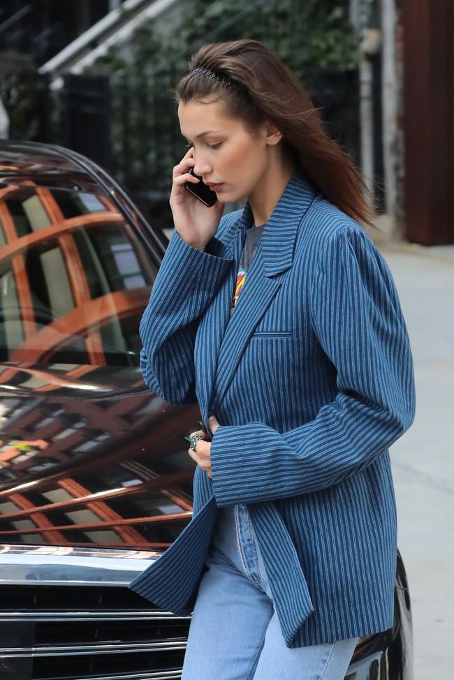¿Cómo vestir de manera actual apostando por prendas vintage? Bella Hadid nos da las claves