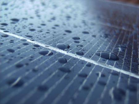Los paneles solares del futuro podrían generar energía también de la lluvia
