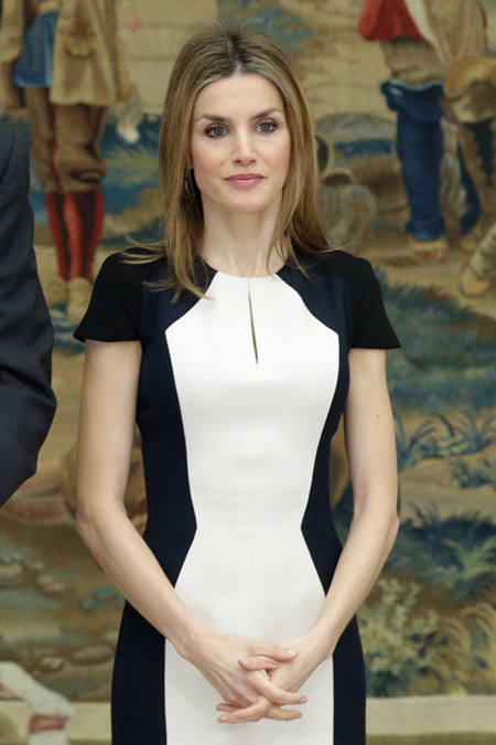 La reina Letizia ve la vida (y la moda) en blanco y negro