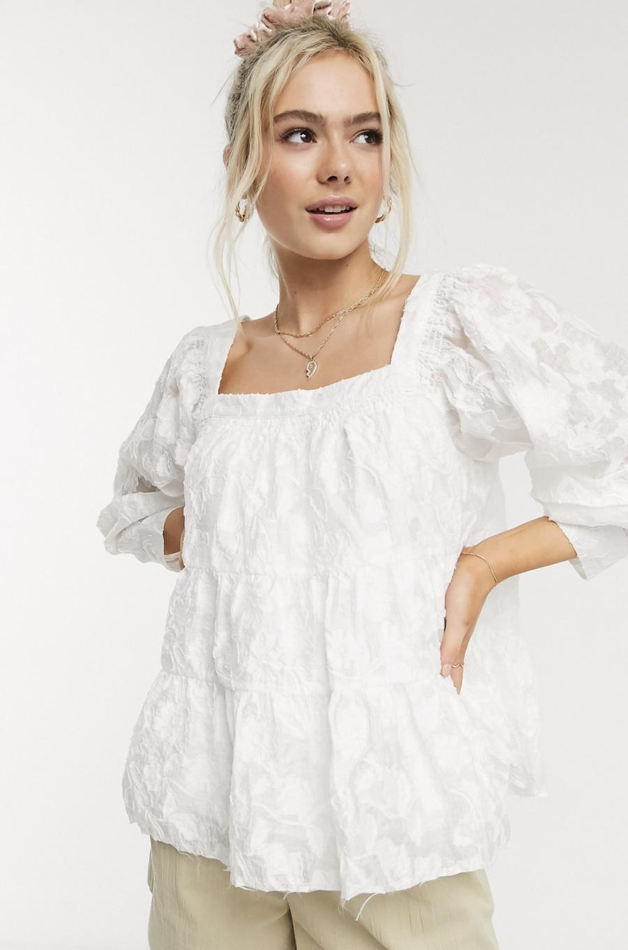 Blusa blanca voluminosa con diseño arrugado de Moon River