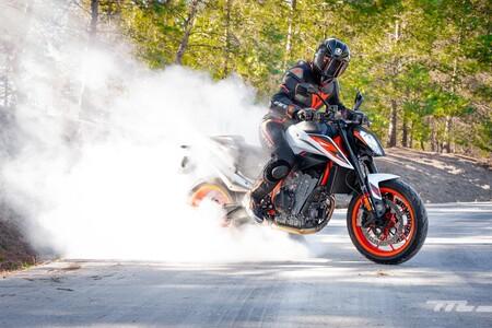Probamos la KTM 890 Duke R: 121 CV de moto naked mucho más deportiva que convence por carácter y diversión