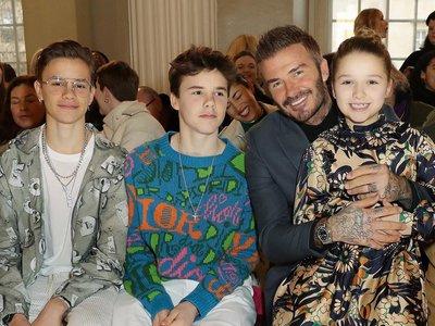 Harper Beckham ha sido la protagonista del 'front row' del desfile de su madre Victoria Beckham