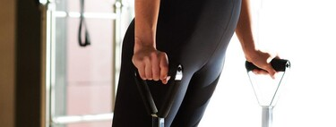 Tres ejercicios con bandas elásticas para entrenar brazos en casa con poco espacio y material