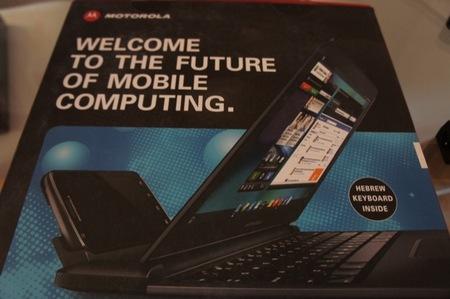 Caja del Motorola Atrix, en la foto podemos ver el teléfono conectado al Lapdock