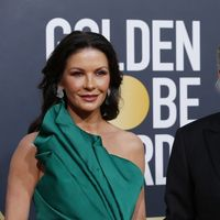 Globos de Oro 2019: Catherine Zeta-Jones pone la nota de color con este verde esperanza lleno de volúmenes asimétricos