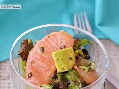Ensalada de lechuga, aguacate y toronja con vinagreta de menta y aceitunas. Receta