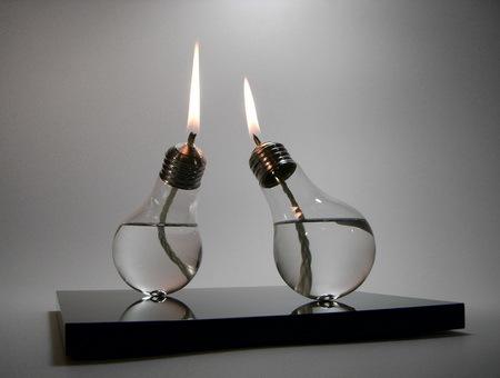 Oyule, candelero hecho con bombillas