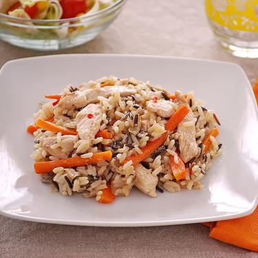 Salteado de pollo con zanahoria y mezcla de arroz salvaje: receta rápida, fácil, saludable y completa