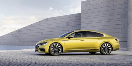 Así es el Volkswagen Arteon en movimiento, una impresionante berlina-coupé que te dejará con ganas de más