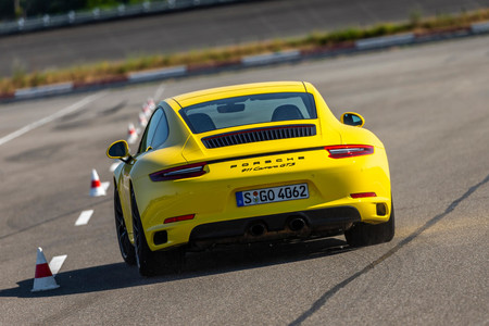 Porsche 911 GTS trasera slalom