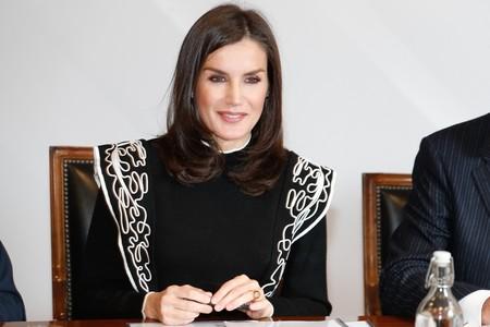 Tenemos sentimientos encontrados con este jersey negro de la Reina Letizia, no sabemos si lo odiamos o lo amamos