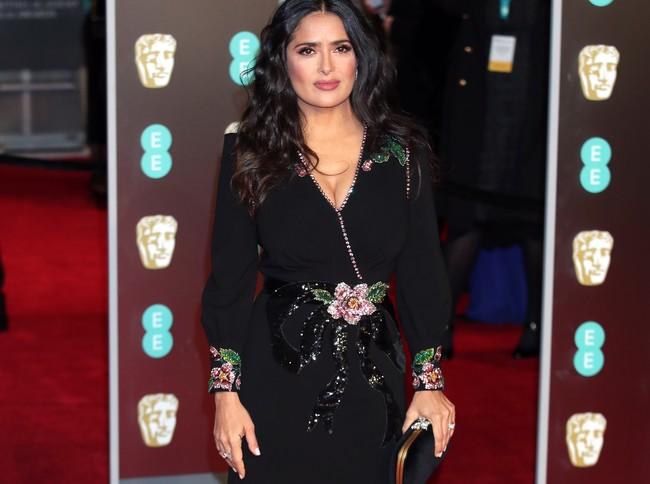 Salma Hayek opta por la sobriedad más clásica (y aburrida) en la alfombra roja de los BAFTA 2018