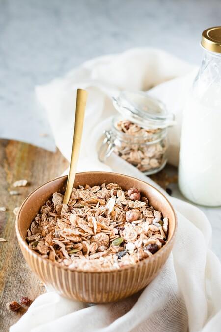 Los cereales que nos ofrece el mercado hoy en día son muy ricos en hierro debido a su fortificación y mantenimiento en la corteza del  grano, su contenido oscila entre los 7 y los 12 mg por cada 100 gramos de producto. No obstante, no debemos olvidar que la fibra y su origen vegetal reducen significativamente la absorción, por lo que para optimizar su asimilación en el cuerpo, recomiendo consumir los cereales con un jugo de naranja recién exprimido o un poco de limón rico en vitamina C.