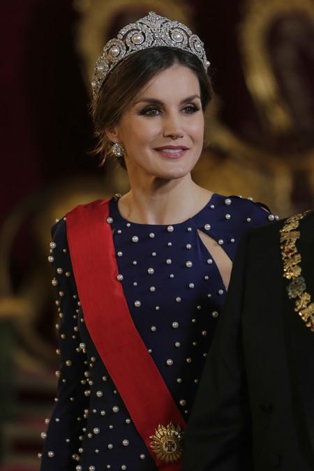 Doña Letizia luce espectacular en la cena de gala con Portugal y sin duda nos deleita con su look más sensual