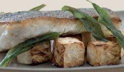 Bacalao al horno con apio y mantequilla dorada a la salvia