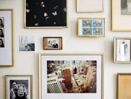 Pegar cuadros en una pared con pegamento
