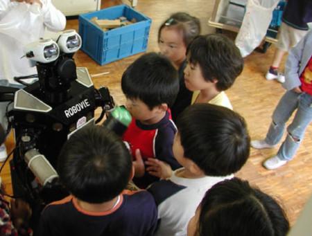 Los niños que acosan robots dejarán de ser un problema gracias a esta maniobra de escape