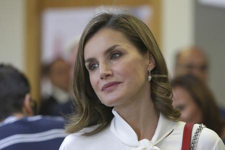 Doña Letizia elige el bolso más caro de Zara en su 'look working girl'