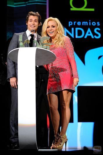 Los looks de Marta Sánchez y Paula Vázquez en los Premios Ondas 2009: estilo cien por cien español