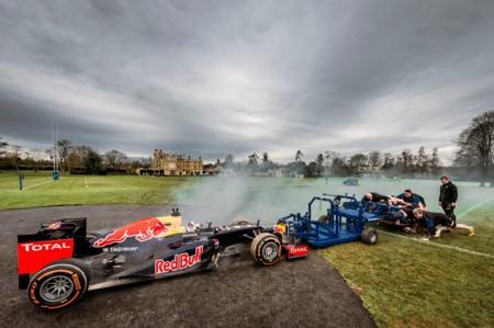 Daniel Ricciardo y el Red Bull RB8 vs un equipo de rugby ¿quién empuja más fuerte?