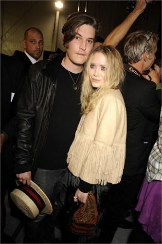 Vuelven los flecos, Mary-Kate Olsen y su look en la Semana de la Moda de París