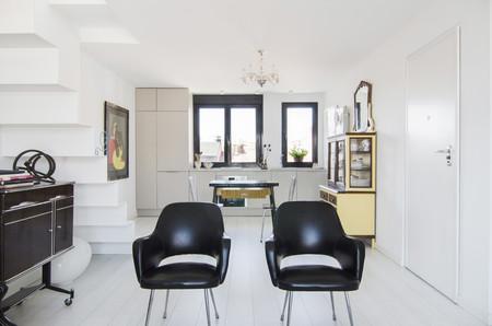 Un ático de 55 m2 en Madrid que apuesta por el blanco para servir de lienzo a la colección de muebles y objetos que lo habitan
