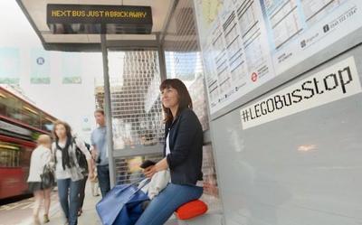 En Londres ya podemos encontrar una parada de autobús construida íntegramente con piezas Lego