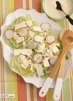 Ensalada de lechuga iceberg con rábanos y queso feta. Receta