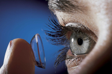 Un colombiano fabricó unos lentes de contacto inteligentes para las personas con presbicia
