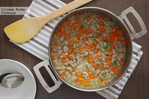 Sopa de pavo con cebada y zanahoria. Receta saludable