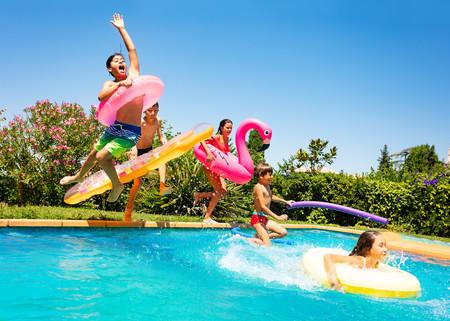 17 juegos de piscina muy populares entre los niños para que se lo pasen en grande este verano