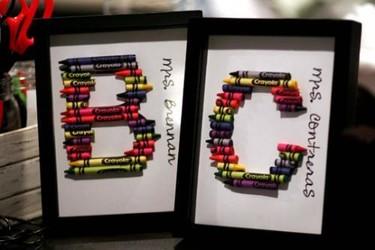 Curioso cuadro lleno de color con tus iniciales