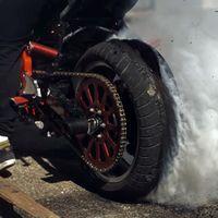 Así de hipnótico es ver a 28.500 fps cómo se destruye un neumático con un burnout