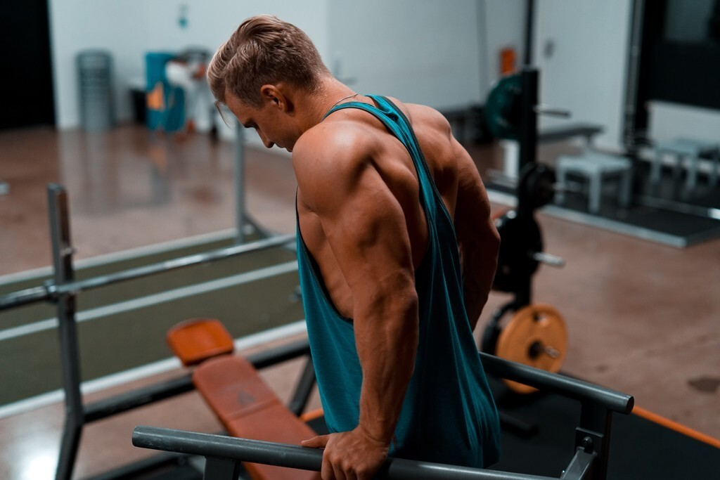 Tres errores que cometemos al realizar extensiones de tríceps (y todas las claves para hacerlo correctamente)