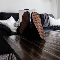 Los que se quitan los zapatos al entrar a casa tienen razón. La ciencia les avala