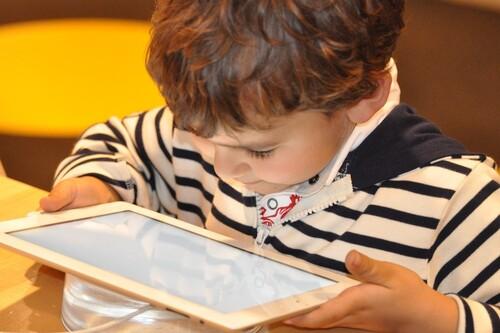 Dispositivos móviles para distraer a los niños: una solución en cuarentena, un problema en la nueva normalidad