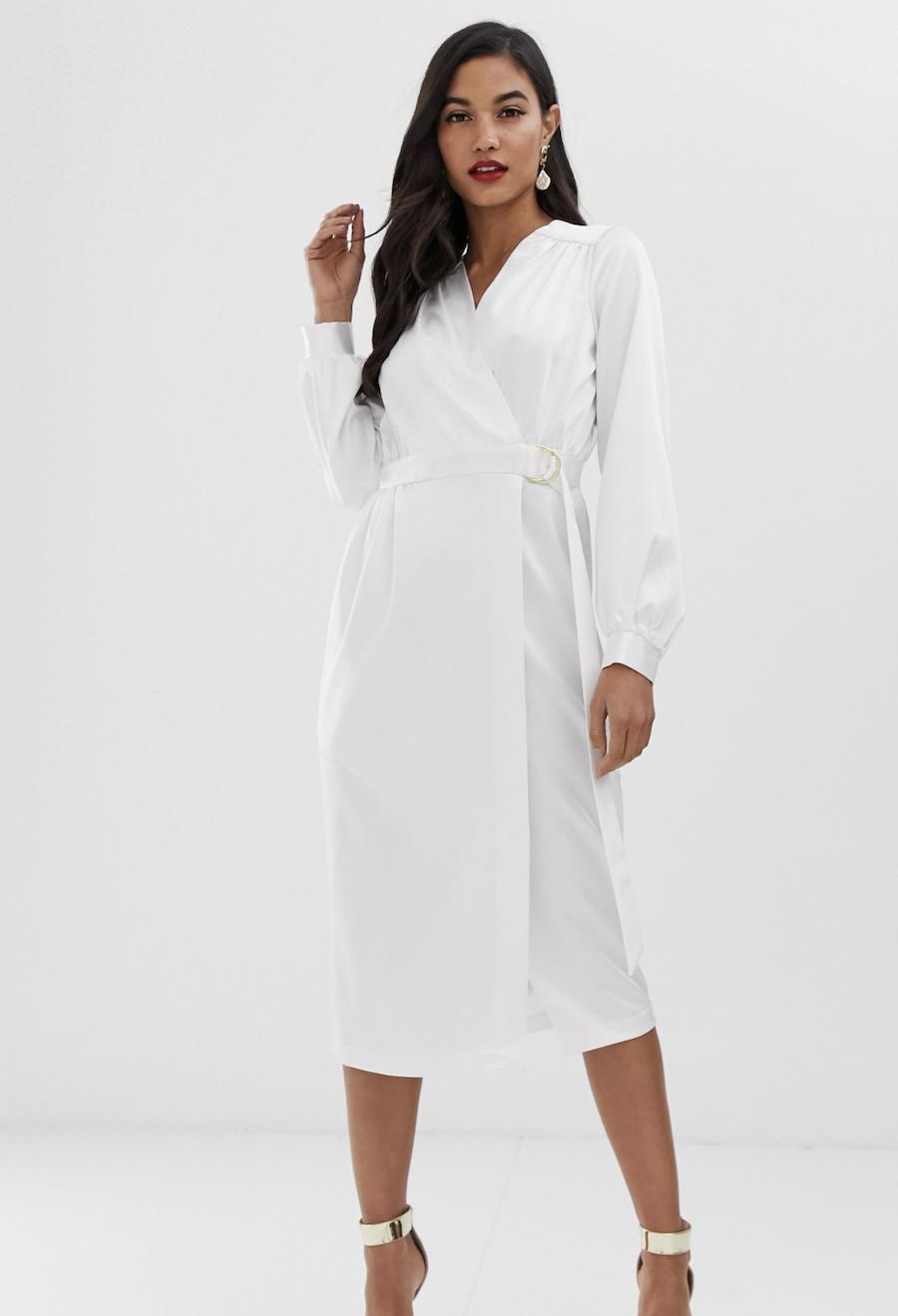 Vestido de tubo de manga larga de satén con parte delantera cruzada y detalle de cinturón en blanco de Closet London