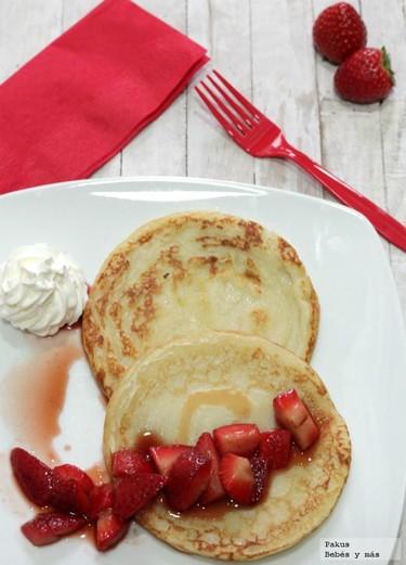 Tortitas con fresas estofadas. Receta de desayuno para San Valentín