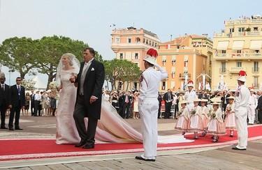 El momento más esperado: de blanco impoluto (de Armani) va la novia