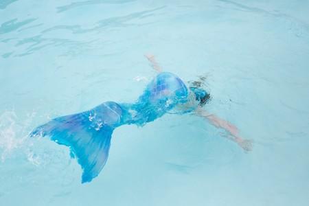 Cuidado con los bañadores con cola de sirena: un padre advierte sobre su uso después de que su hija estuviera a punto de ahogarse