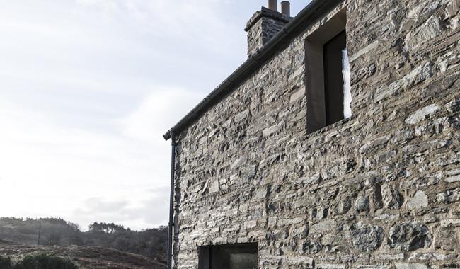 Viajamos a Escocia, a una preciosa cabaña con un interior tan sobrio y elegante como el paisaje que la rodea