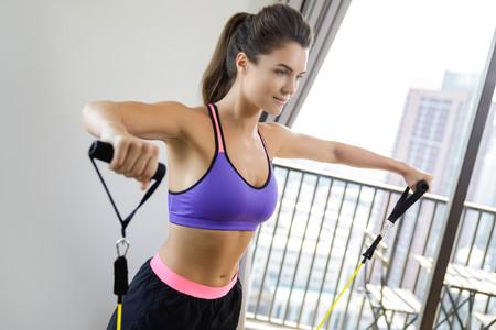 Tres ejercicios para entrenar nuestros brazos con bandas elásticas en casa